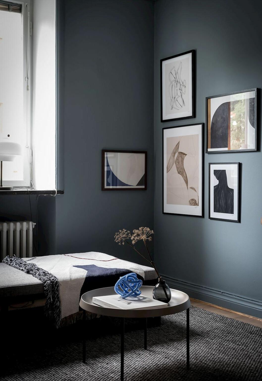 Vardagsrum med tavlor hängda i ett hörn