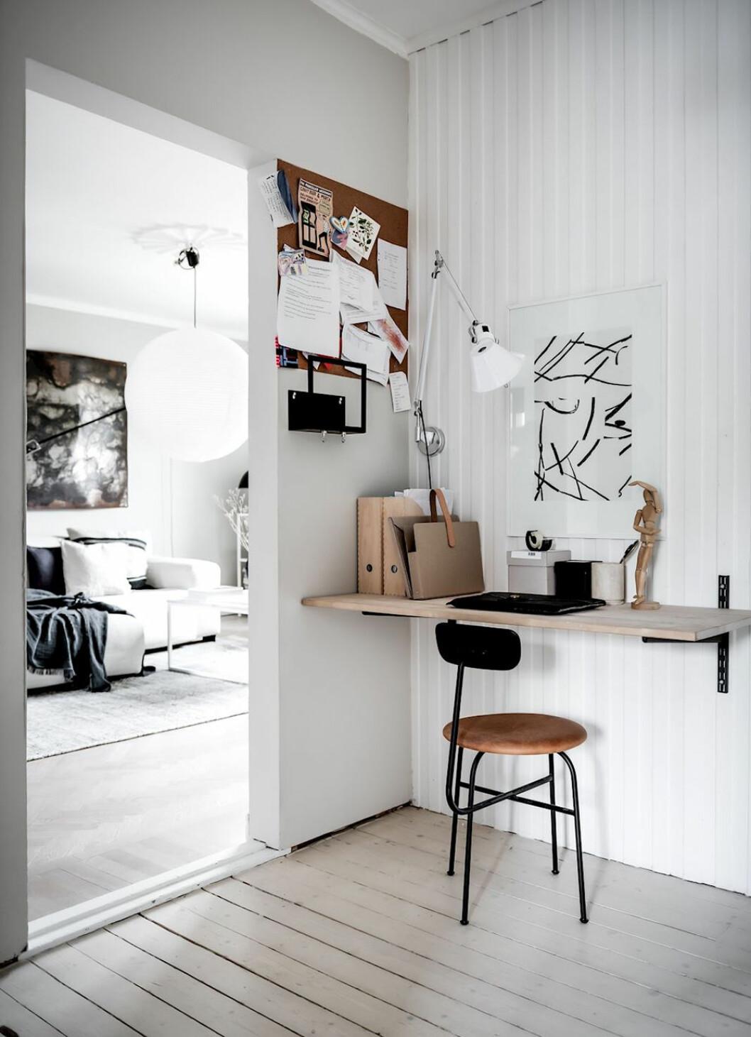 Enkel arbetshörna i hallen i skandinavisk stil