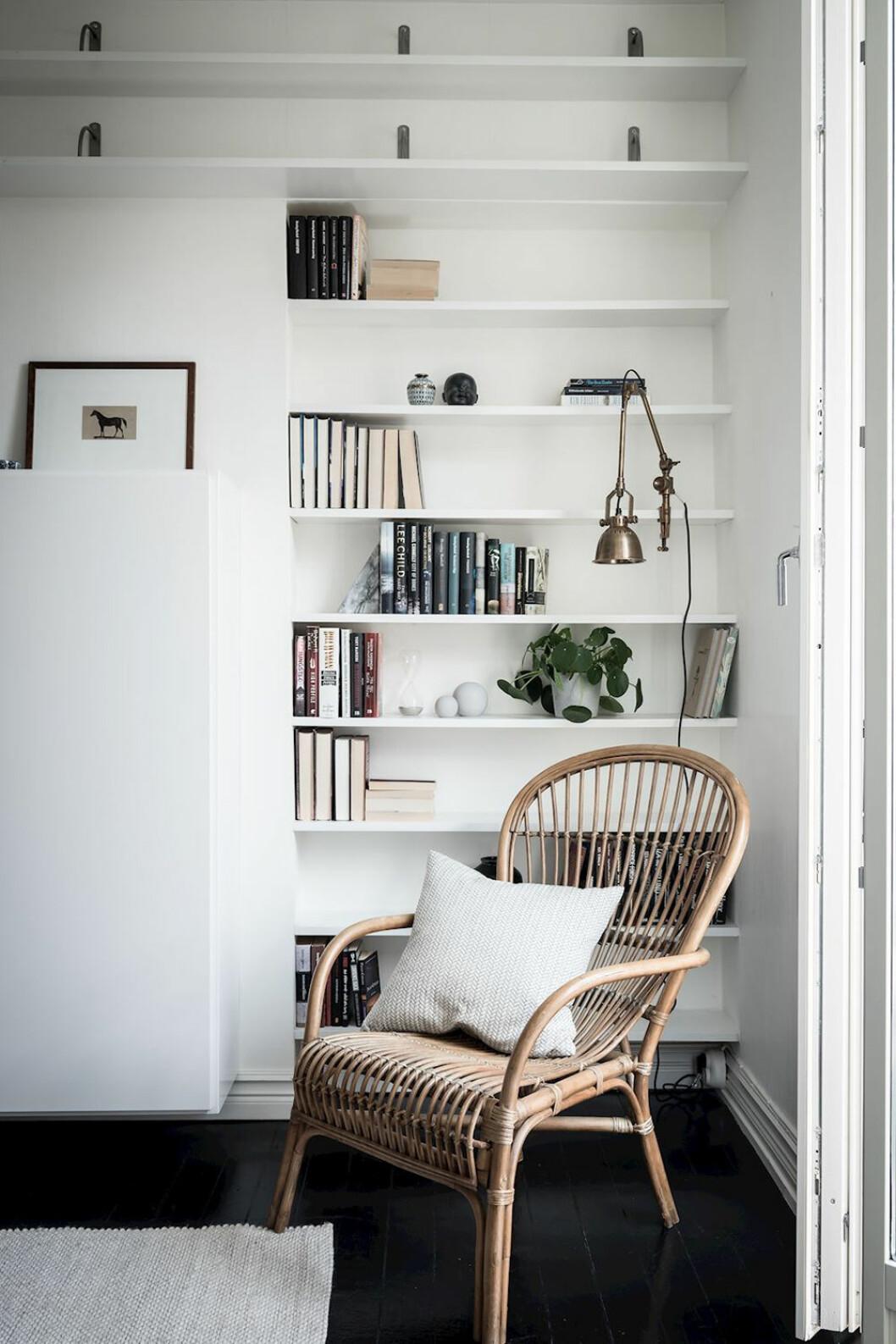 Platsbyggd bokhylla i det tomma hörnet i hemmet