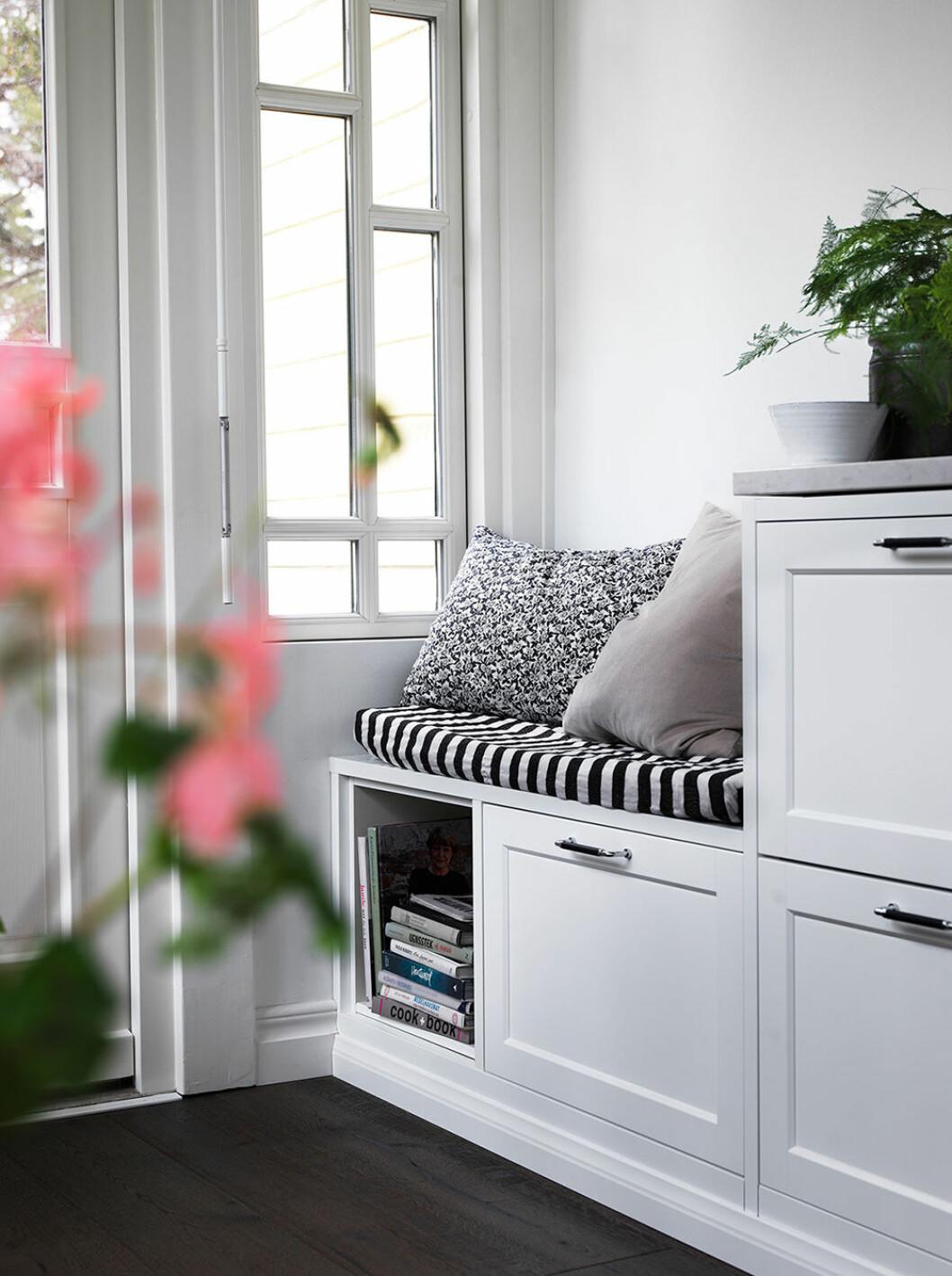 Platsbyggd sittbänk i ett hörn