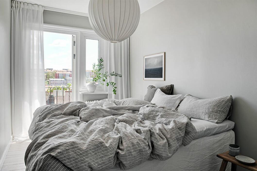 Minimalistiskt sovrum med rofylld inredning i grå toner