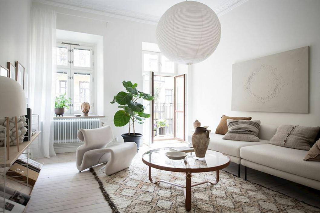Snyggt vardagsrum med personlig och beige inredning