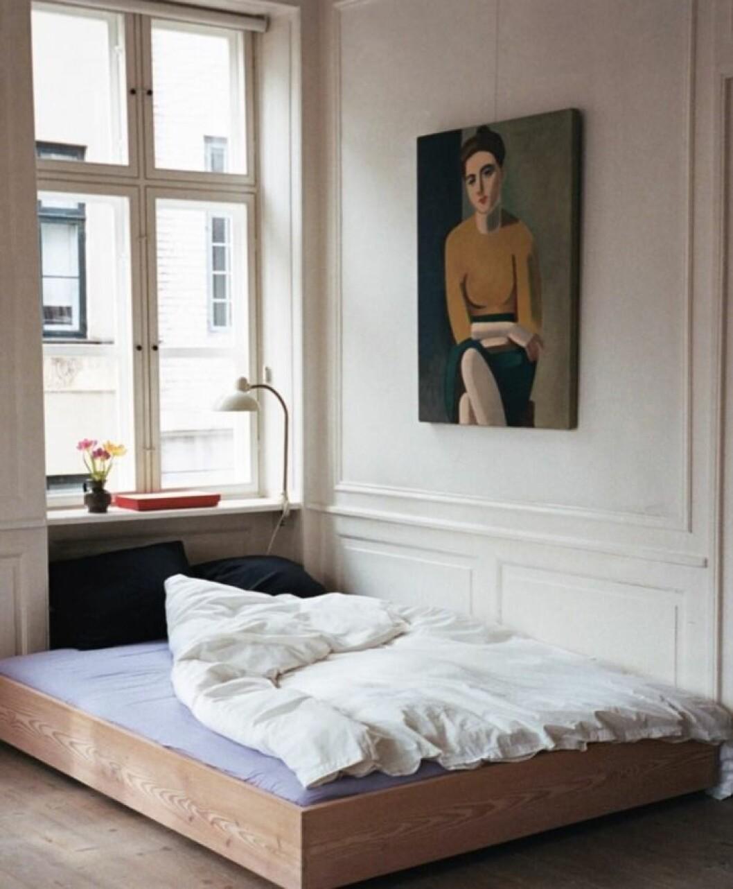 Att ställa sängen direkt på golvet kan ge sovrummet en ny känsla.