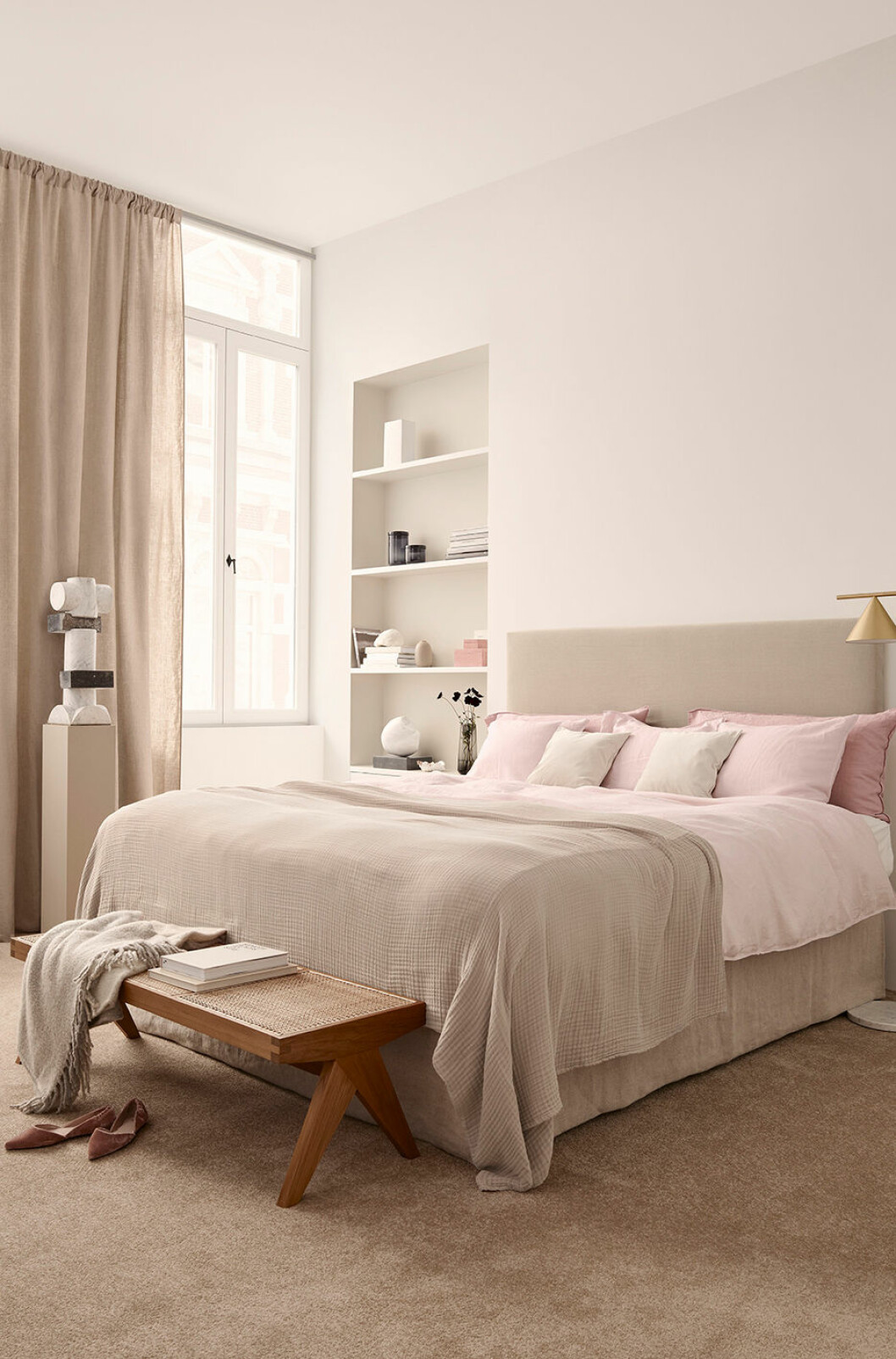 En sittbänk kan ge sovrummet en tidlös hotellkänsla.