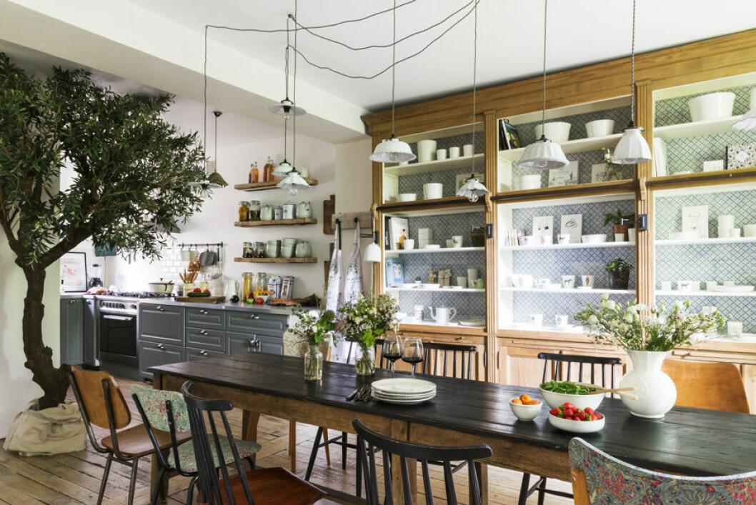 kombinerat kök och matplats med vackra skåo för förvaring