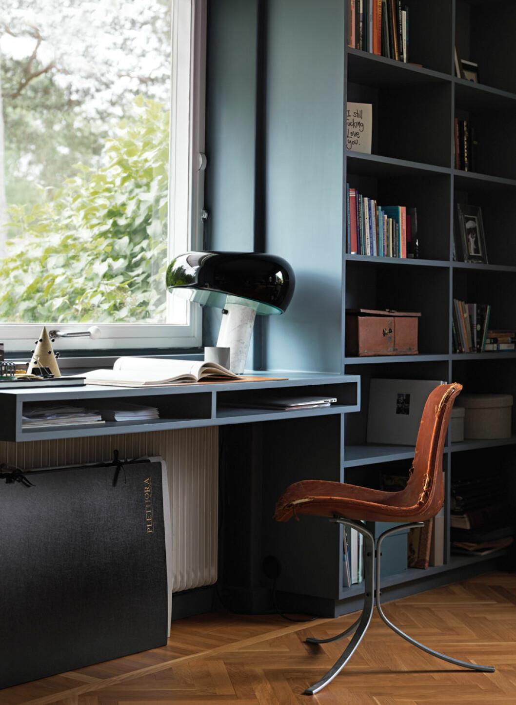 Platsbyggt skrivbord vid fönstret
