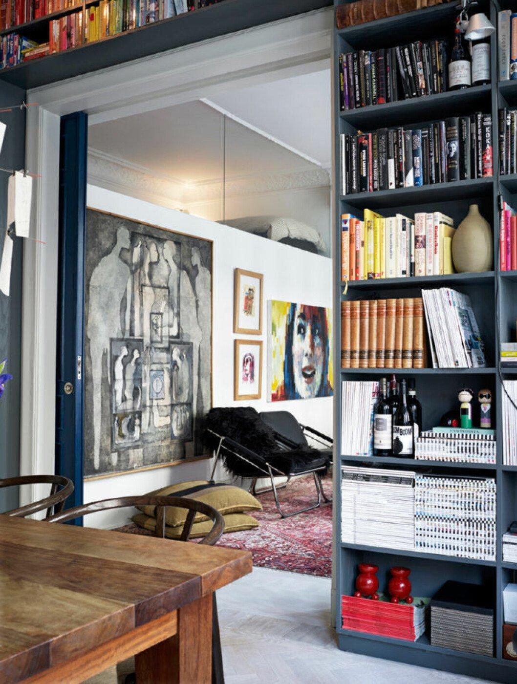 En välfylld bokhylla.