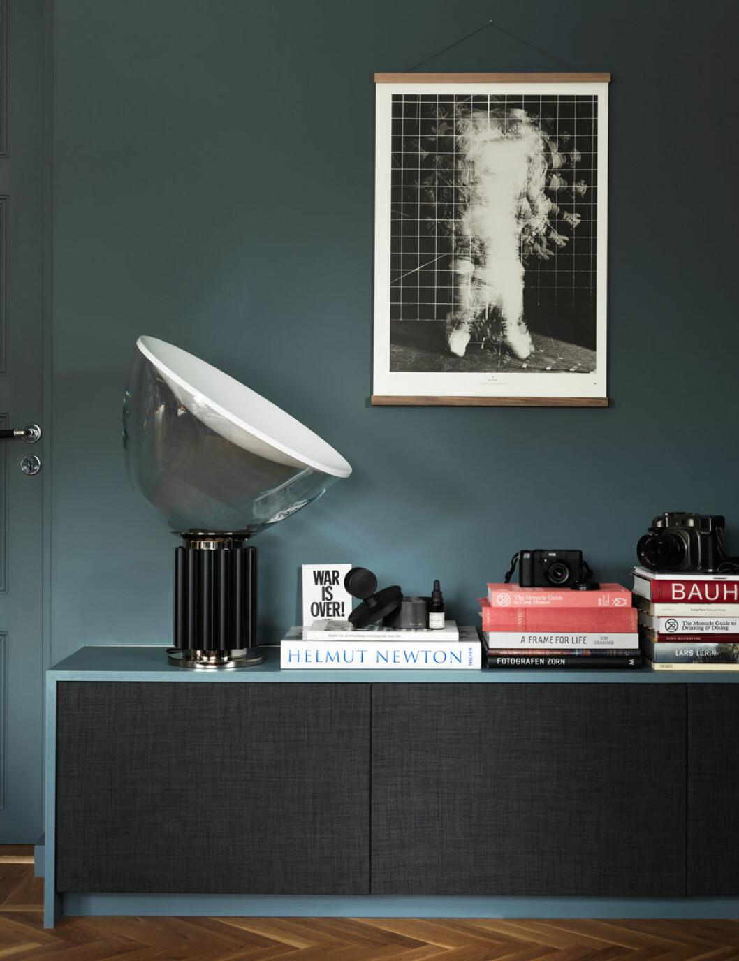Bänk i samma blå väggfärg som i vardagsrummet