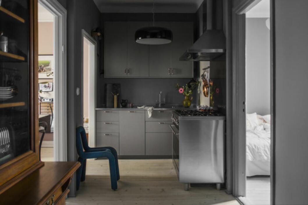 inbyggt kök i hallen utnyttjar ytorna till max