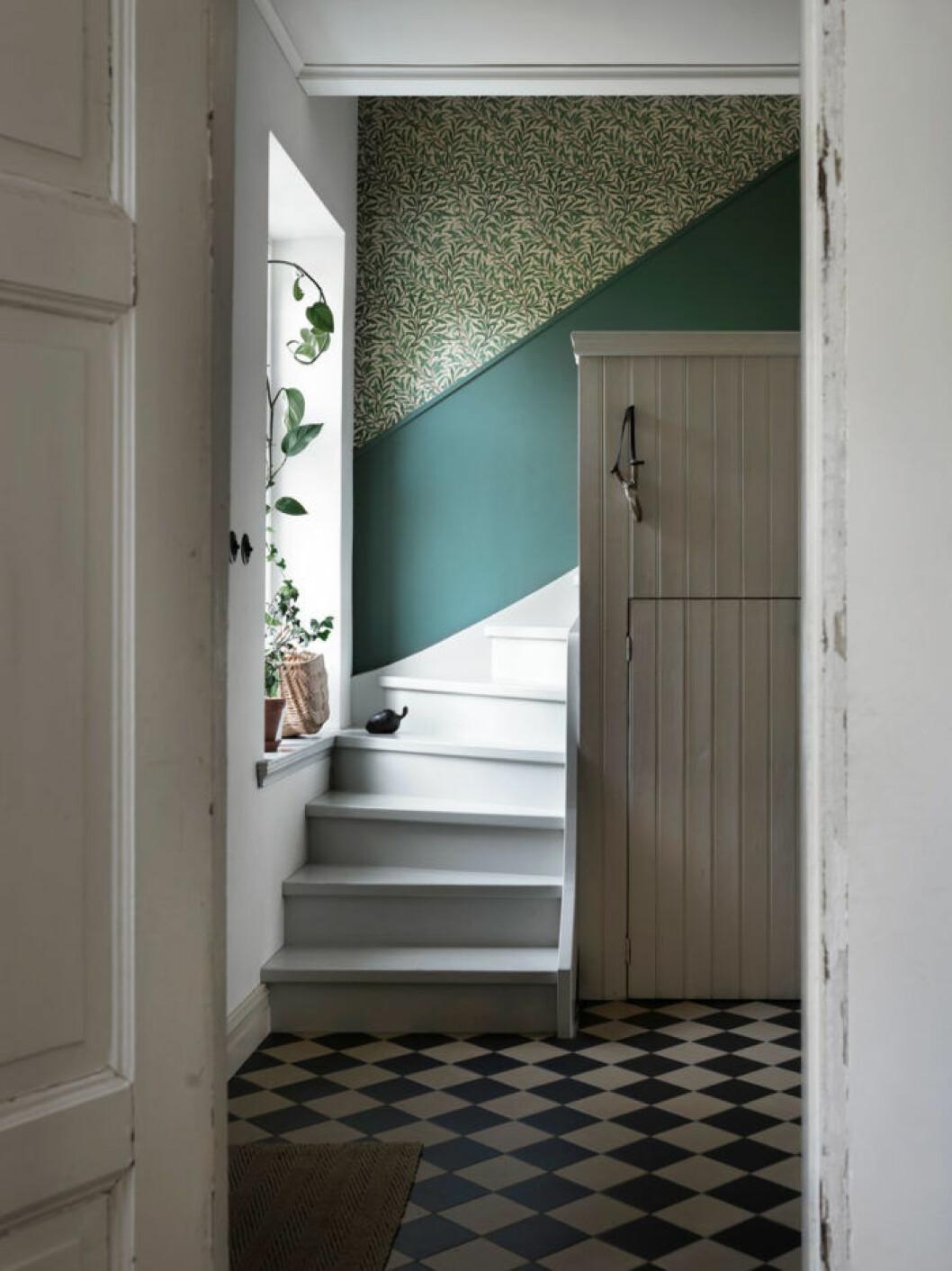 Den vitmålade trappan som leder upp till övervåningen