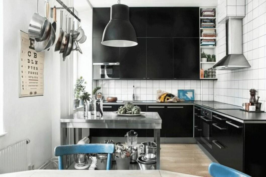 Svarta köksluckor i köket.