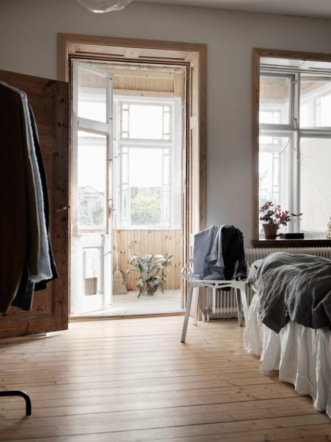Sovrummet med trägolv och naturnära nyanser