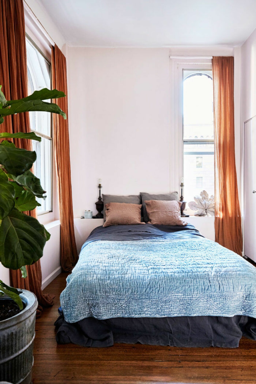 Mysigt inrett sovrum, orangea gardiner