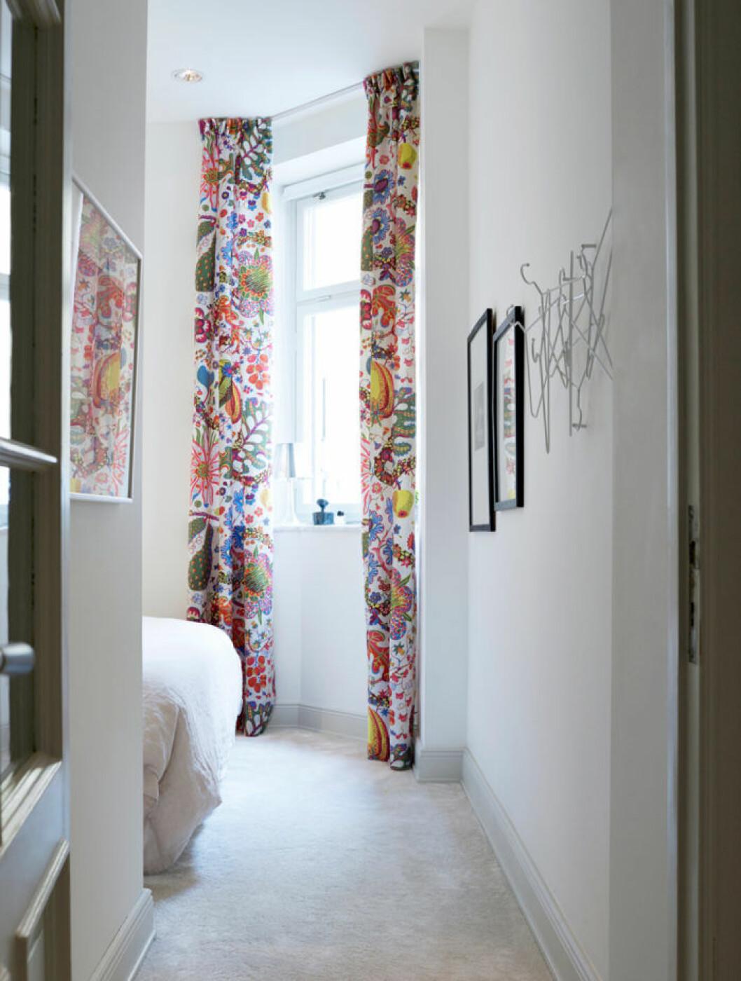 Mönstrade och färgglada gardiner.