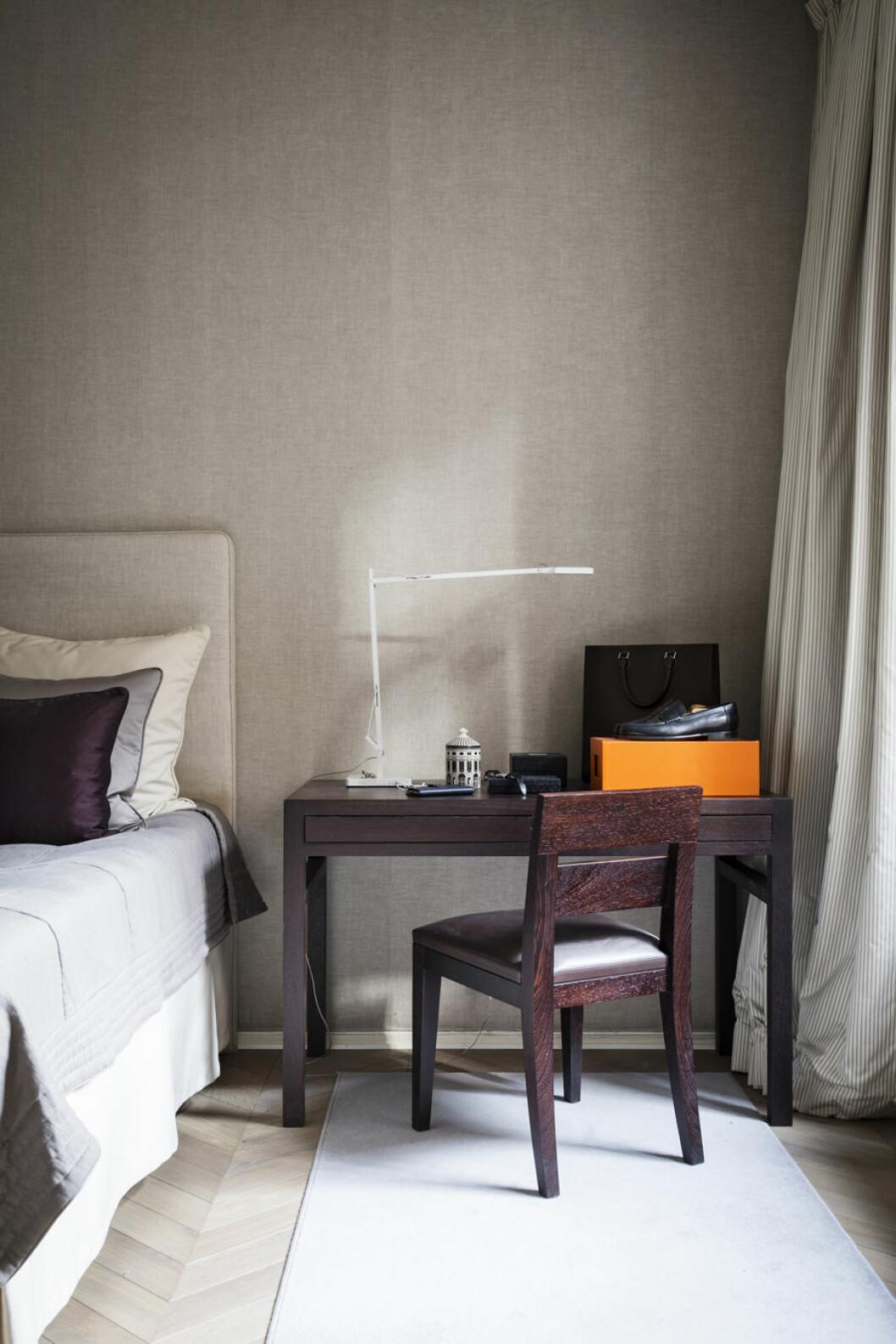 Skrivbord i vinröd trä