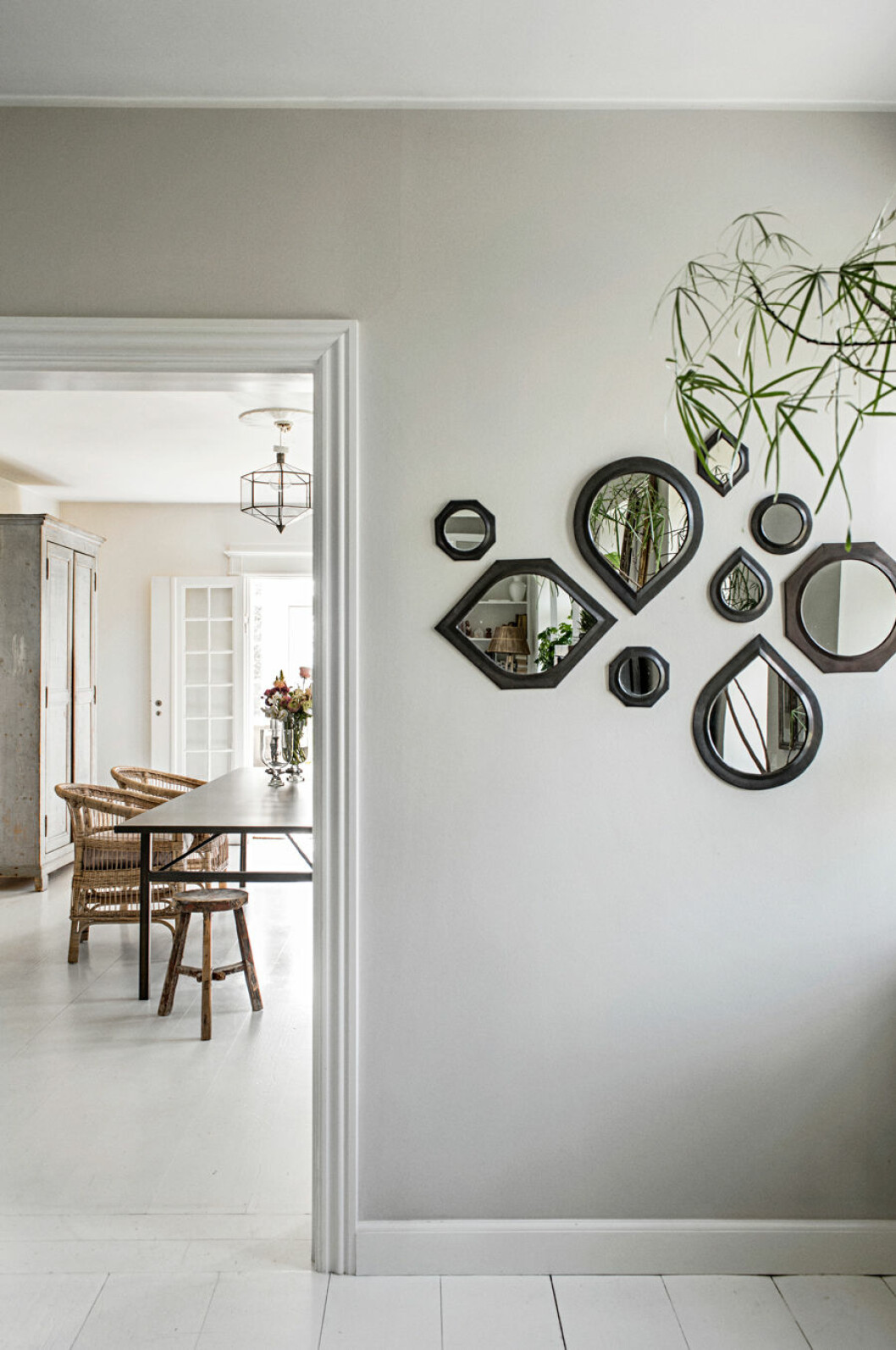 Små speglar på vägg i olika form
