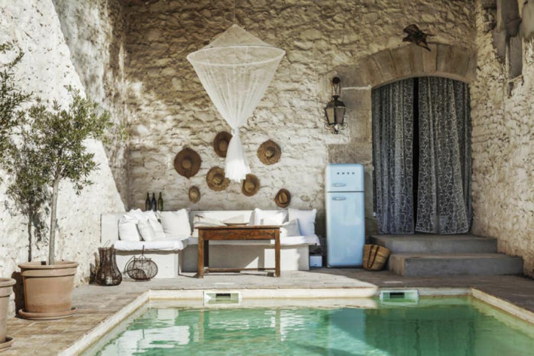 Pool på franskt bed and breakfast