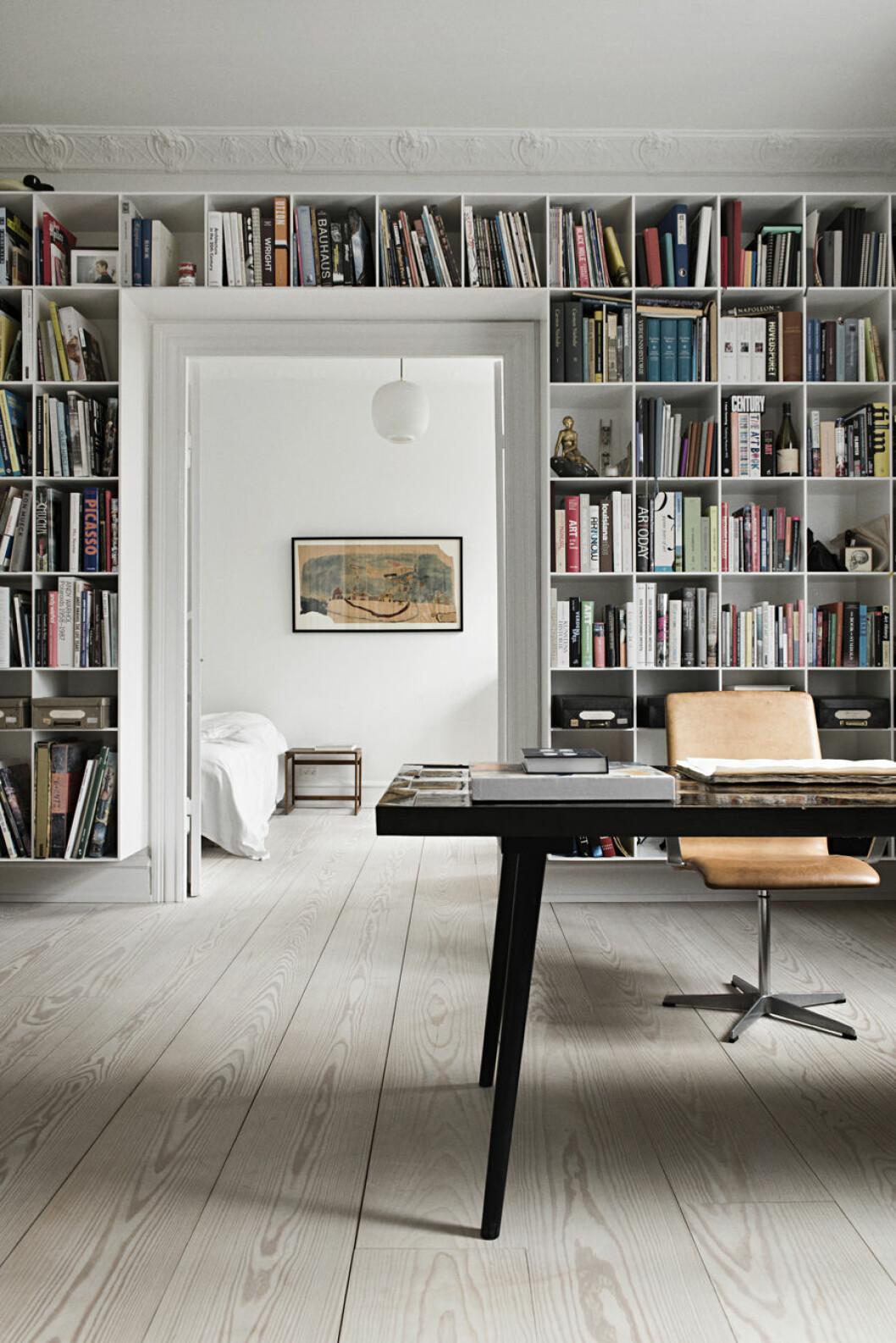 Platsbyggd bokhylla runt en dörr