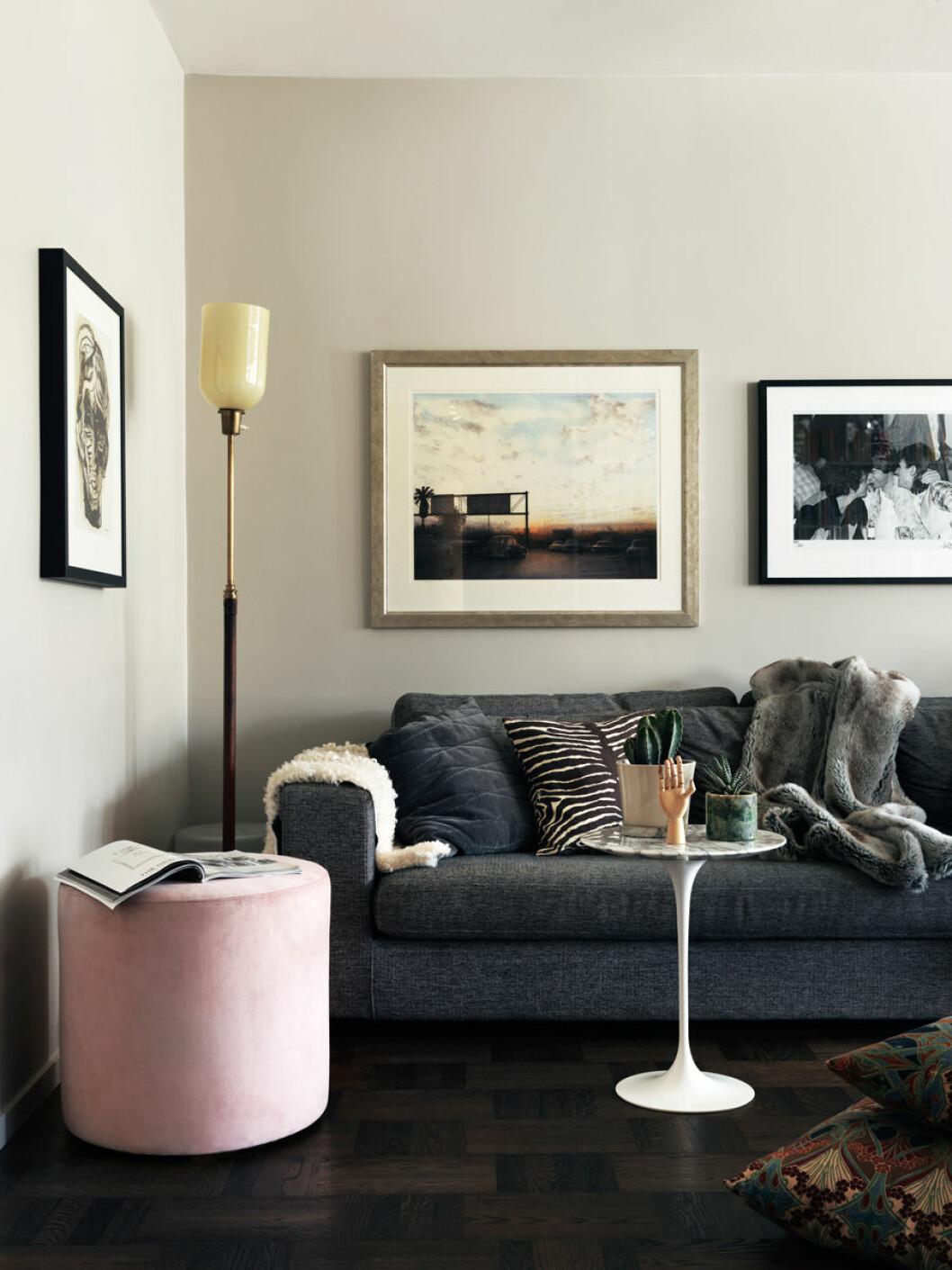 Vardagsrum med rosa puff