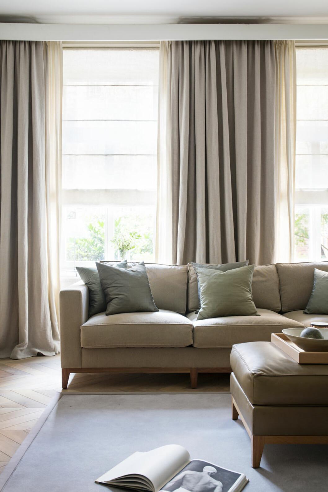 Beiga gardiner och soffa
