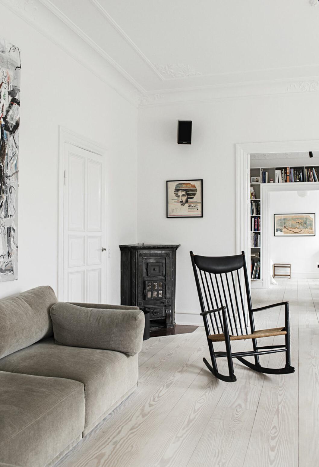 Gungstol och soffa i vardagsrummet