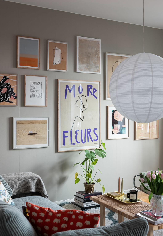 Konstnärlig tavelvägg med motiv i olika storlekar