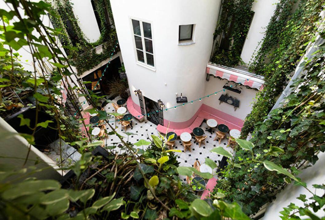 Grand Amour Hotel i Paris har en instagramvänlig innergård