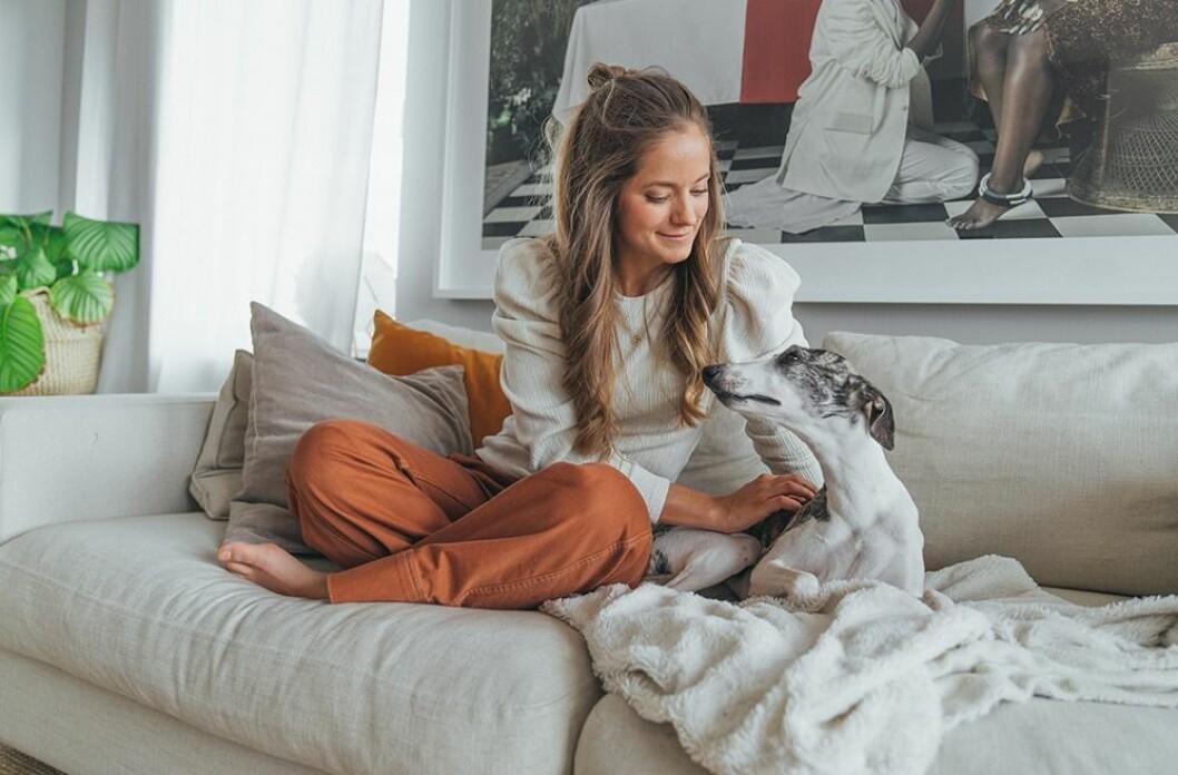 Isabel tillsammans med hunden Ingrid.