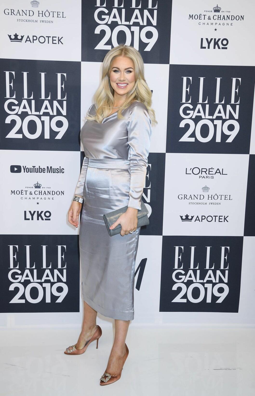 Isabella Löwengrip i silvrig klänning på Elle-galan 2019