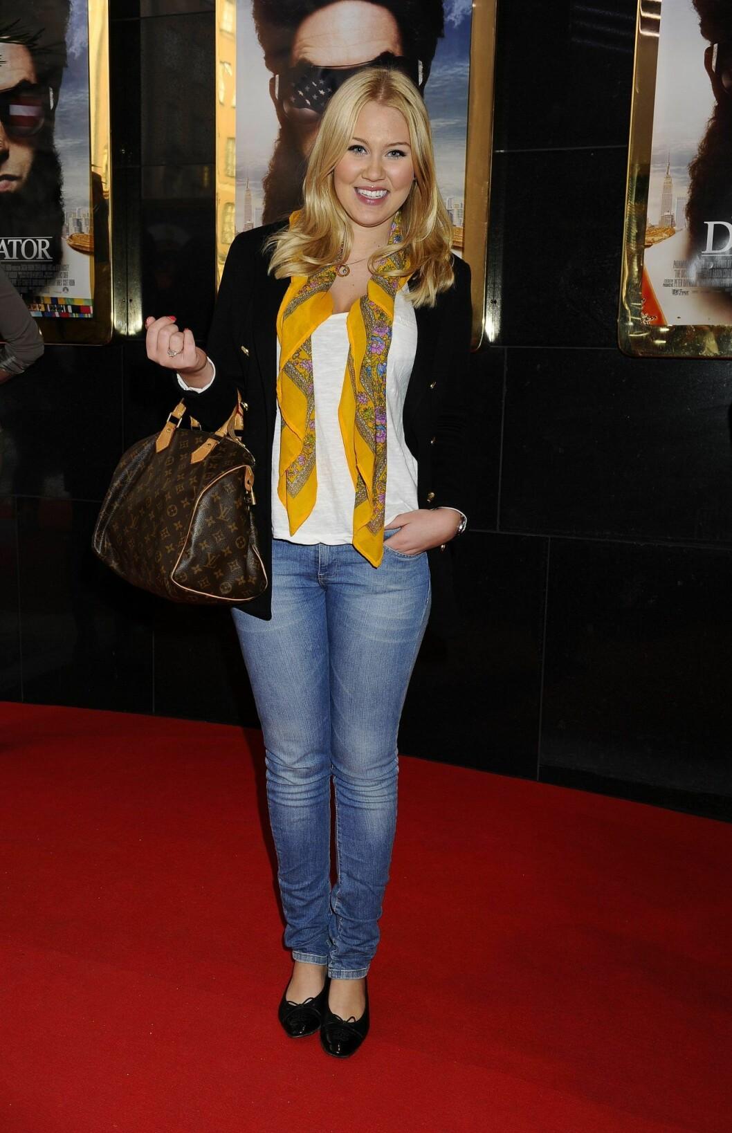 Isabella Löwengrip i jeans och gul scarf på röda mattan