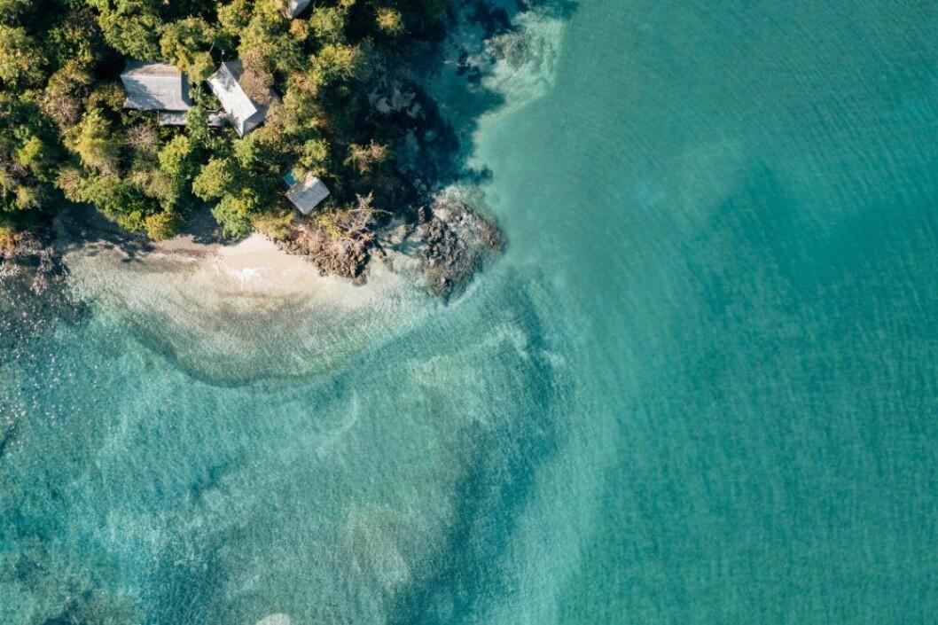 Klarblått hav och vit strand på Islas Secas i Panama