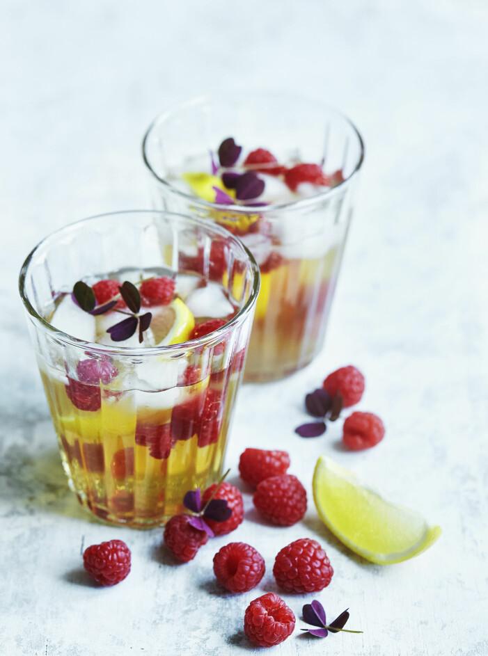Bjud på en iste-cocktail med hallon och citron
