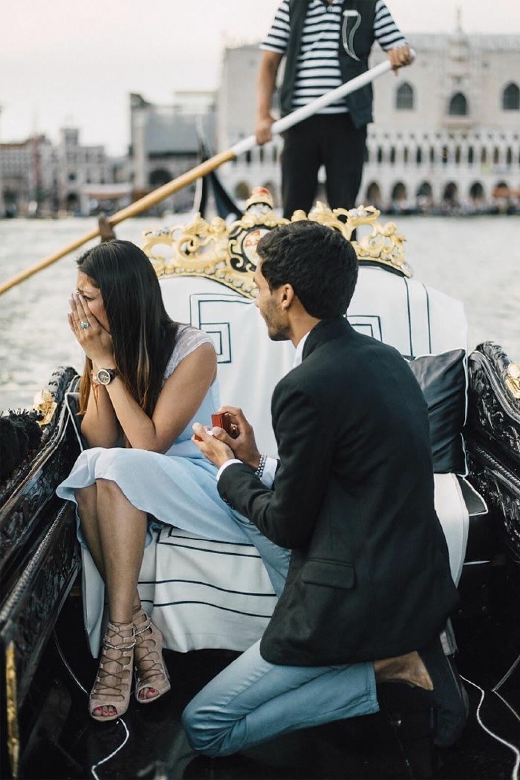 Man som friar på båt i Venice.