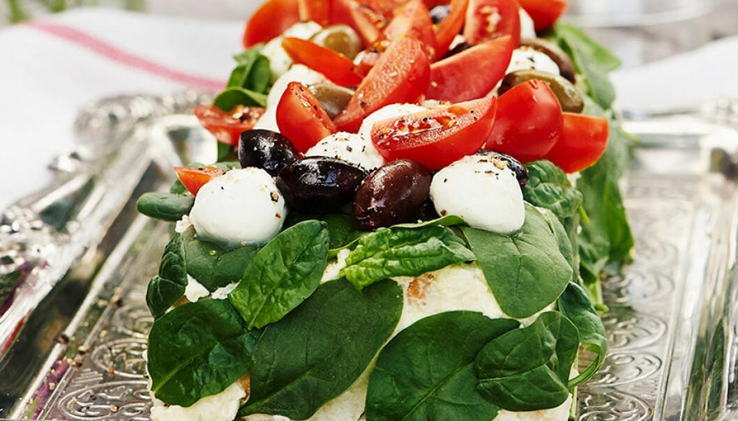 Italiensk smörgåstårta med mozzarella, tomat och oliver.