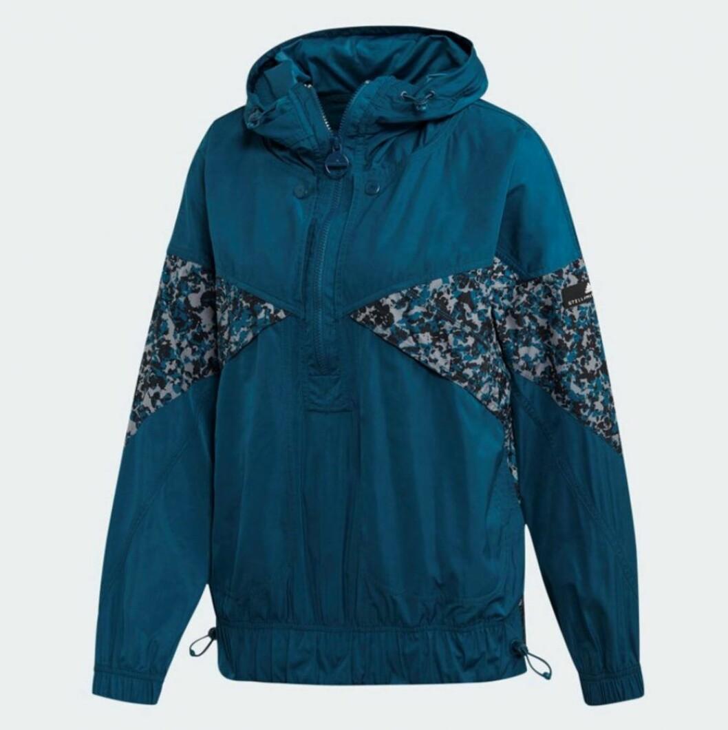 Blå lättviktsjacka från Adidas x Stella McCartney som håller starka vindar borta.