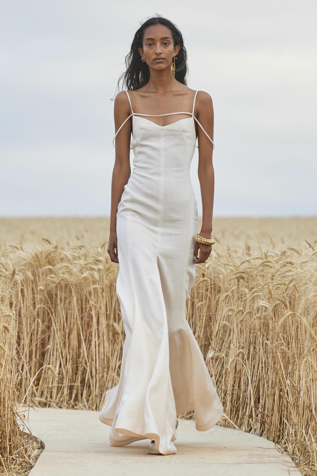 Vit klänning Jacquemus SS21 runway.