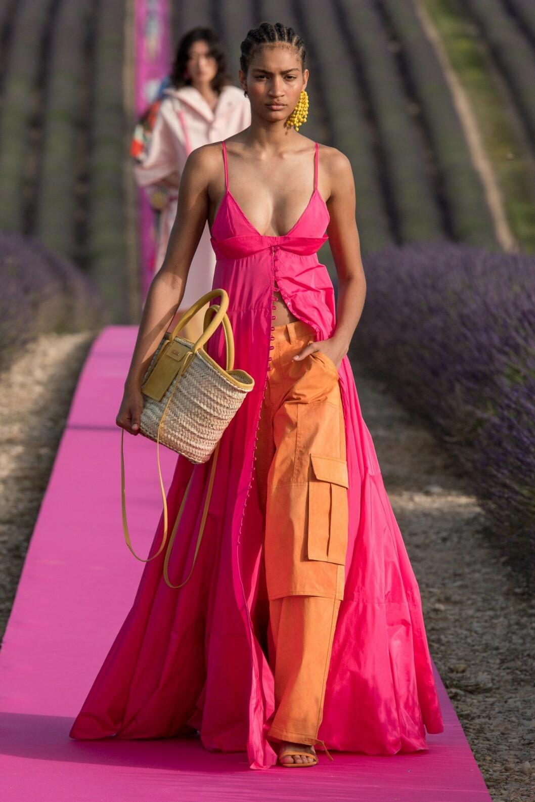 Färgglad långklänning från Jacquemus SS20.