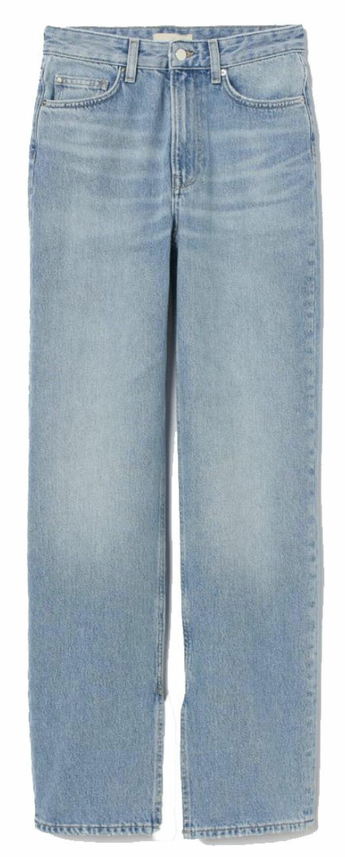 Jeans från H&M i rak modell med dekorativ slits vid byxornas benslut.