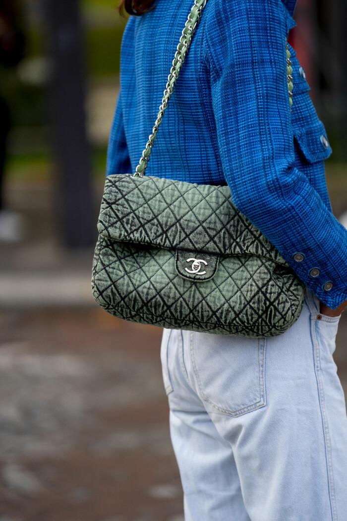 jeans streetstyle med väskan från chanel.