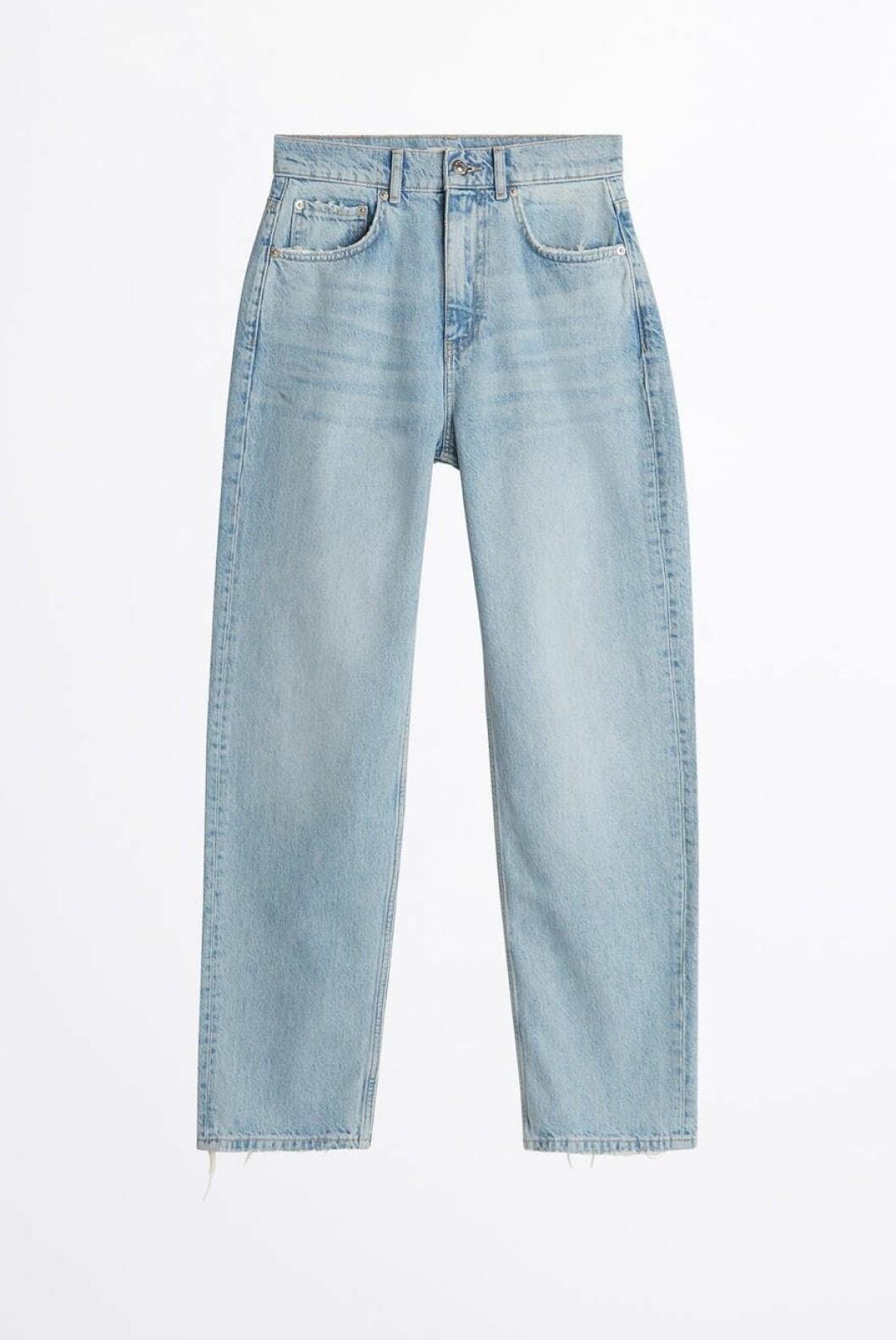Ljusa jeans i rak modell med hög midja från Gina Tricot. Bär dem med precis vad som helst!
