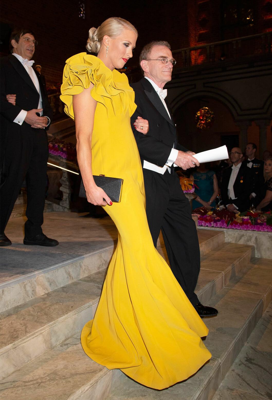 Jennie Fridolin på Nobel 2018 i gul klänning från Winston & Elle
