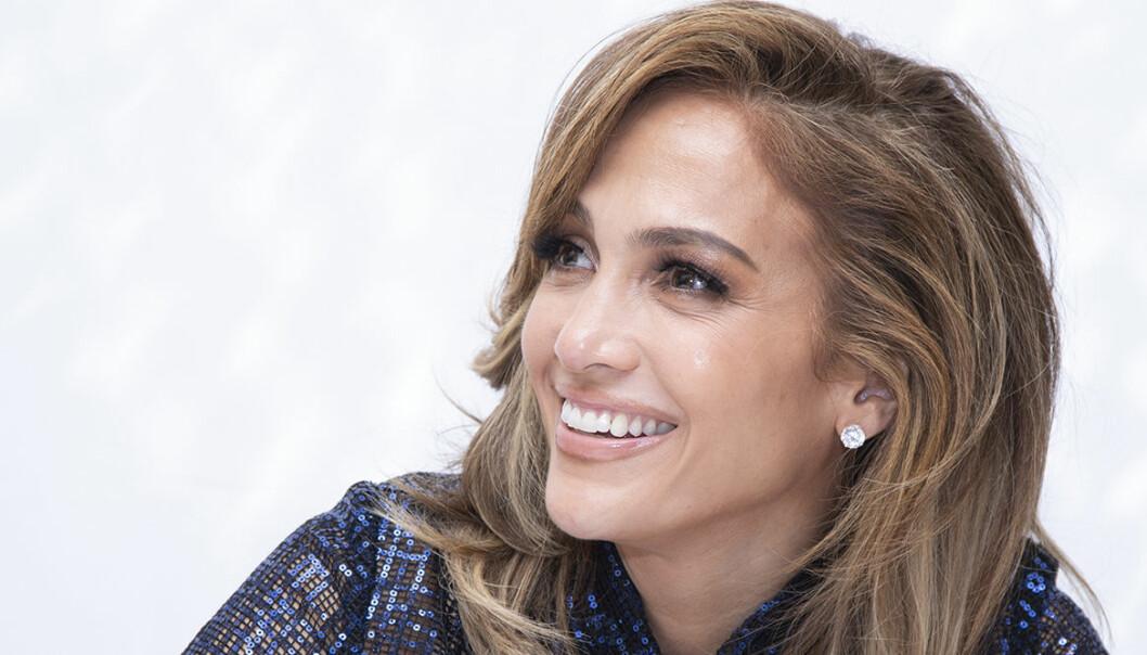 Jennifer Lopez ler på en presskonferens