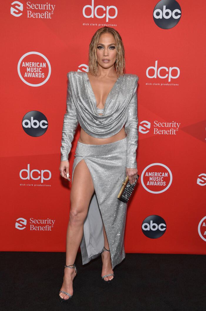Jennifer Lopez på röda mattan på AMA 2020