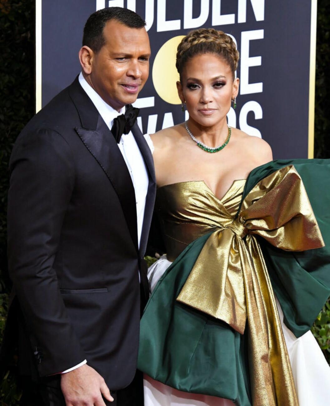 Alex Rodriguez i smoking och Jennifer Lopez i grön och gullig klänning