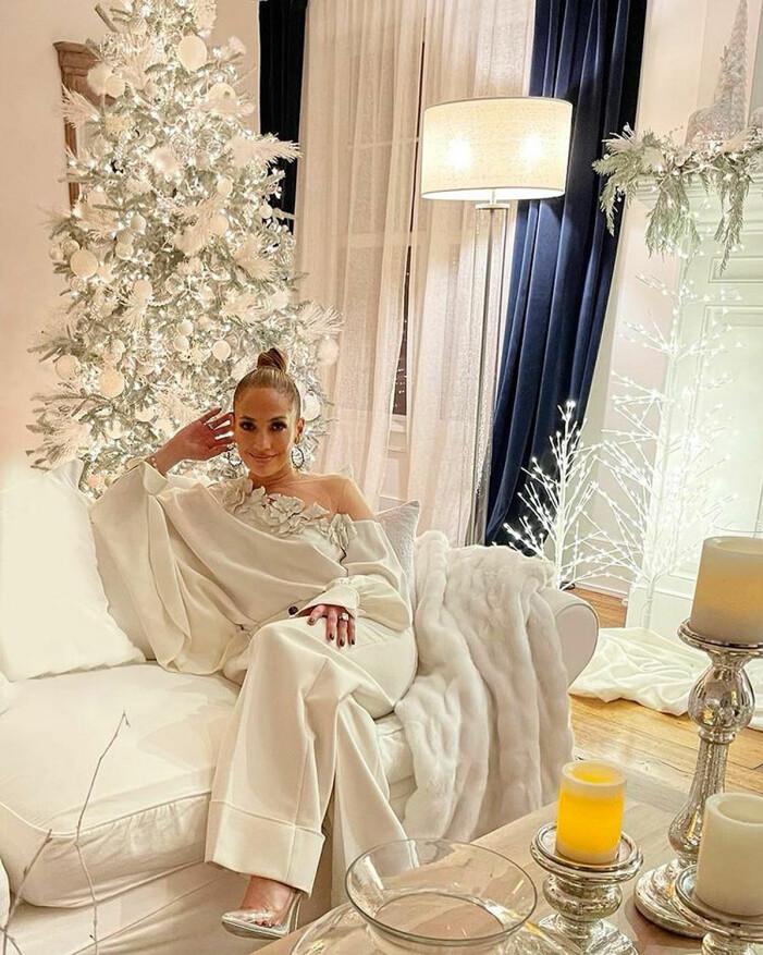 Jennifer Lopez framför sin dekorerade julgran