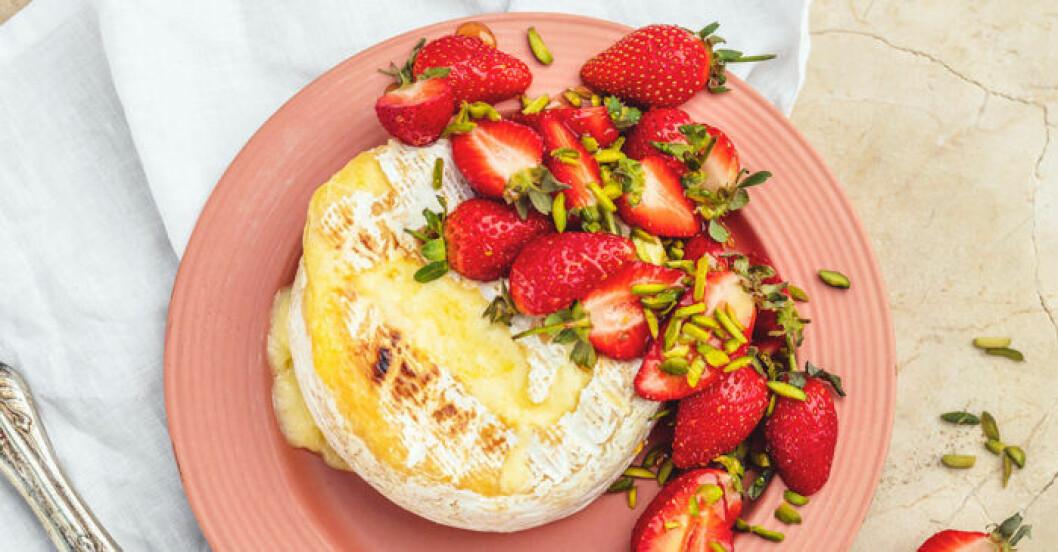 Jessica Frejs grillade brietårta med jordgubbar.