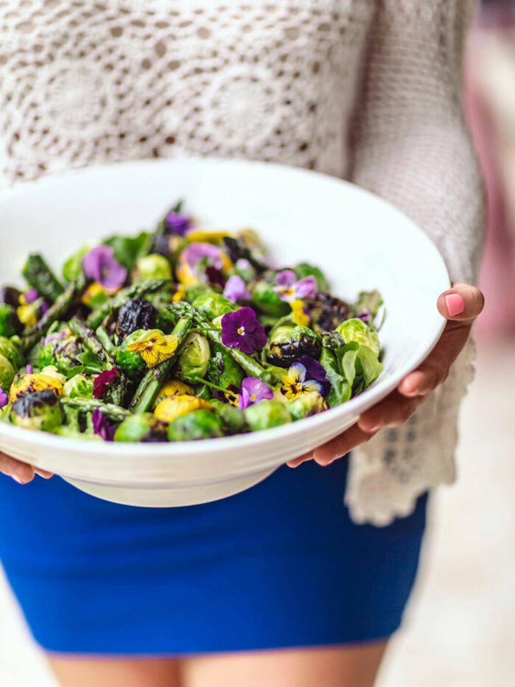 Grillad sparrissallad med ätbara blommor.