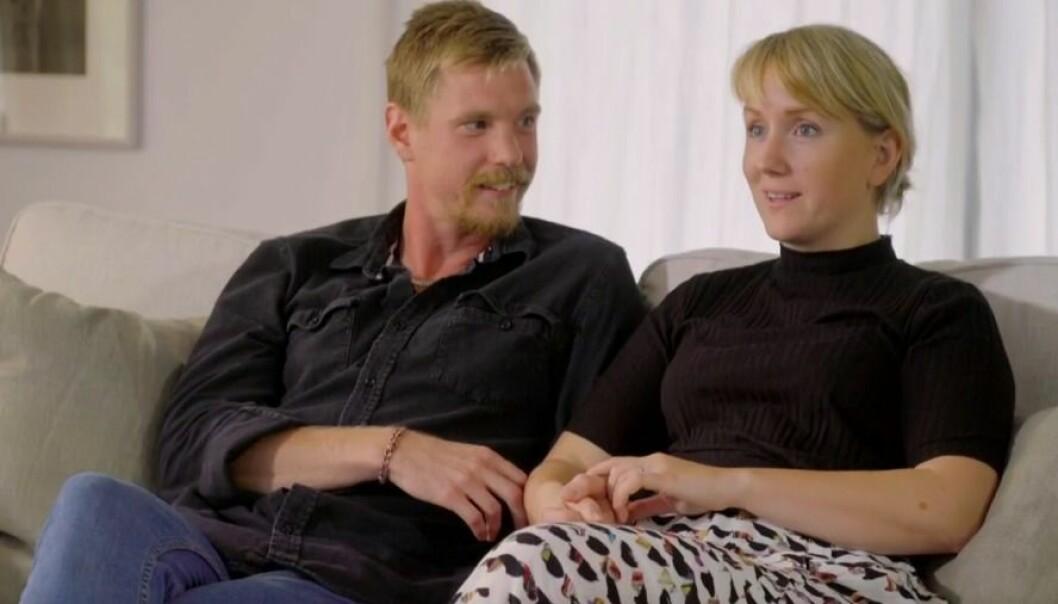 John Wallén och Sara Lannergren sitter i en soffa i gift vid första ögonkastet
