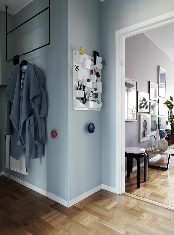 Hall i blått med klädhängare från Annaleena Leino