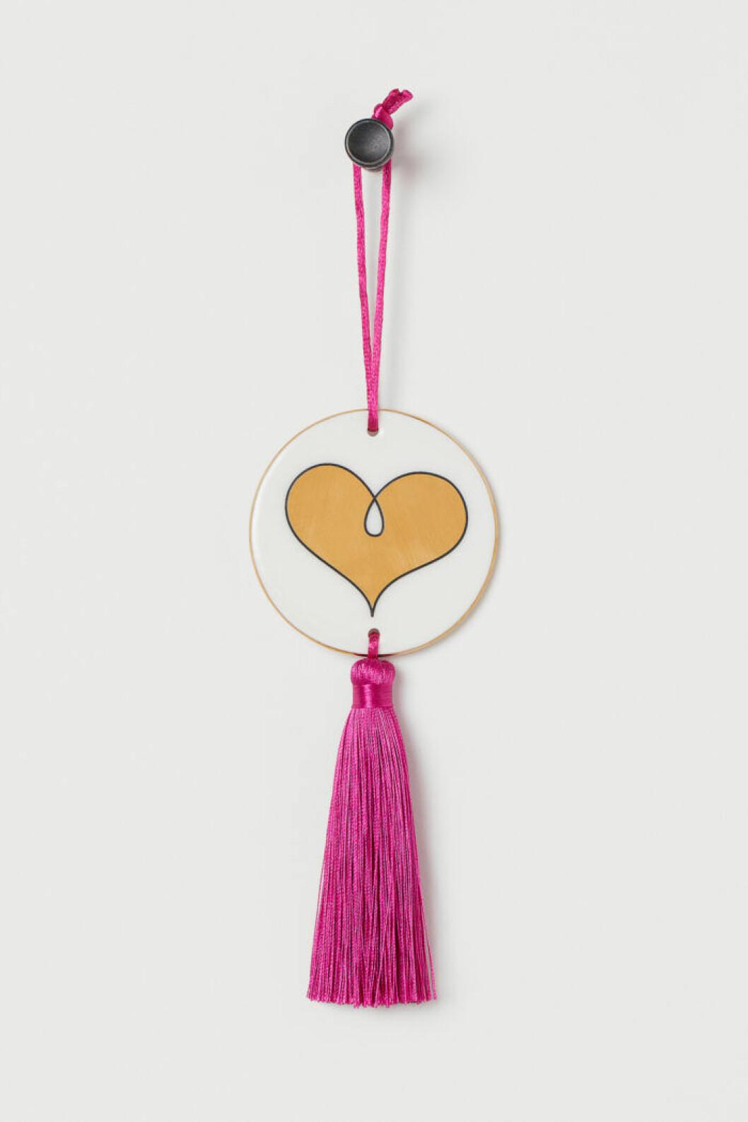 Inredningsdetalj med hjärta och rosa tofs från Jonathan Adler x H&M